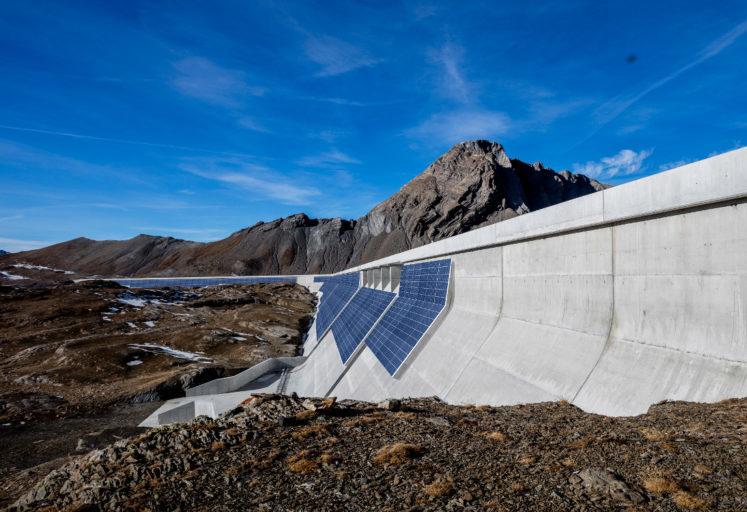 Солнечная электростанция на плотине в Швейцарских Альпах будет производить более 2,7 ГВтч энергии в год